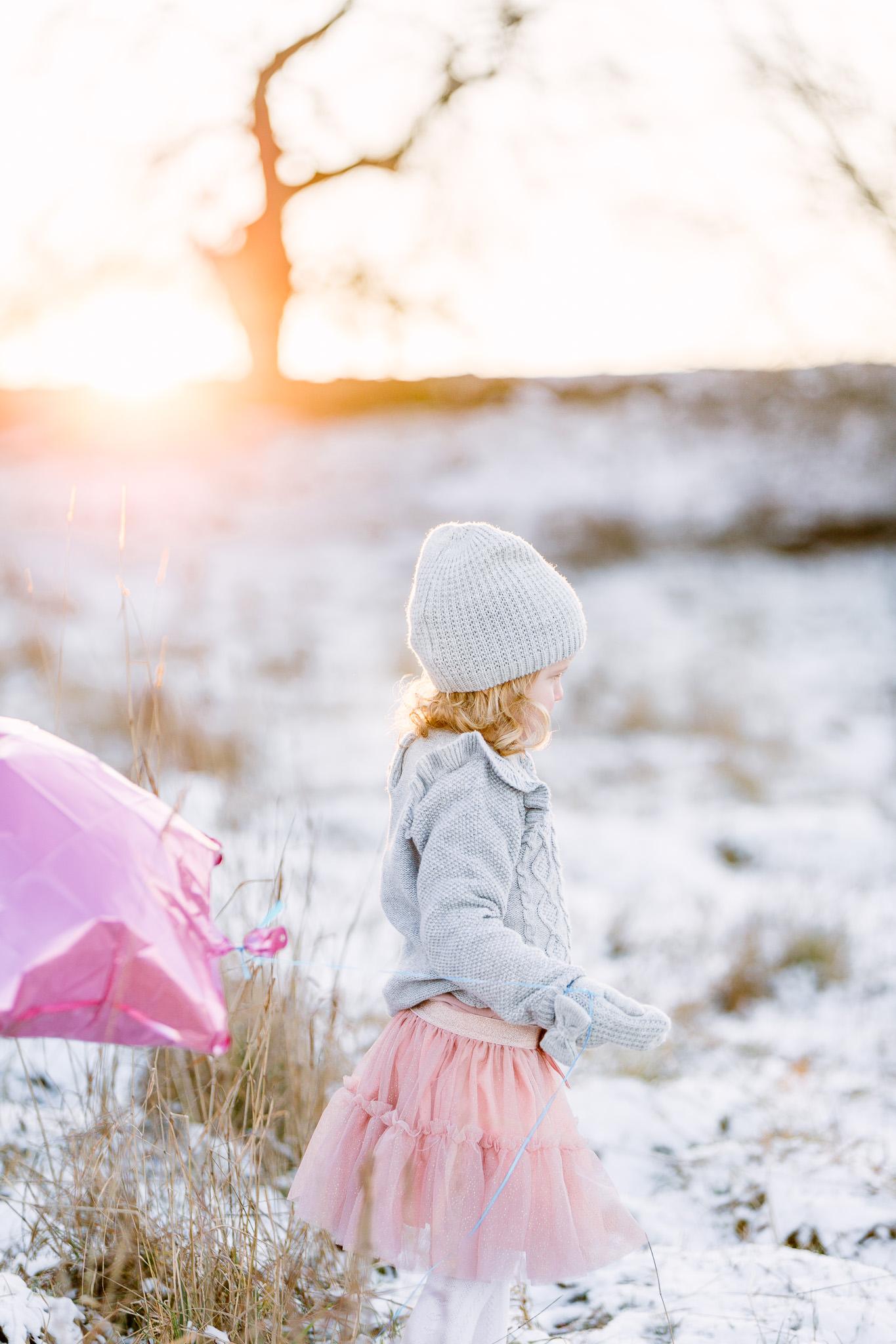 familjefotograf linköping nyköping familj barnfotograf utomhus vinter ballong