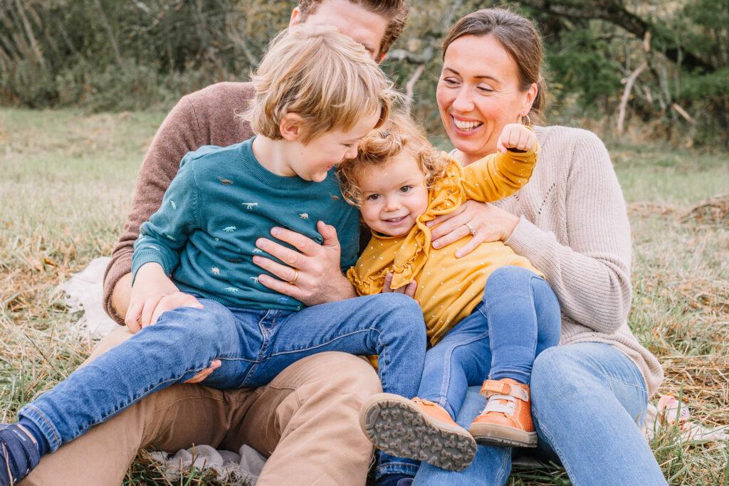 familjefotograf linköping nyköping familj barnfotograf utomhus